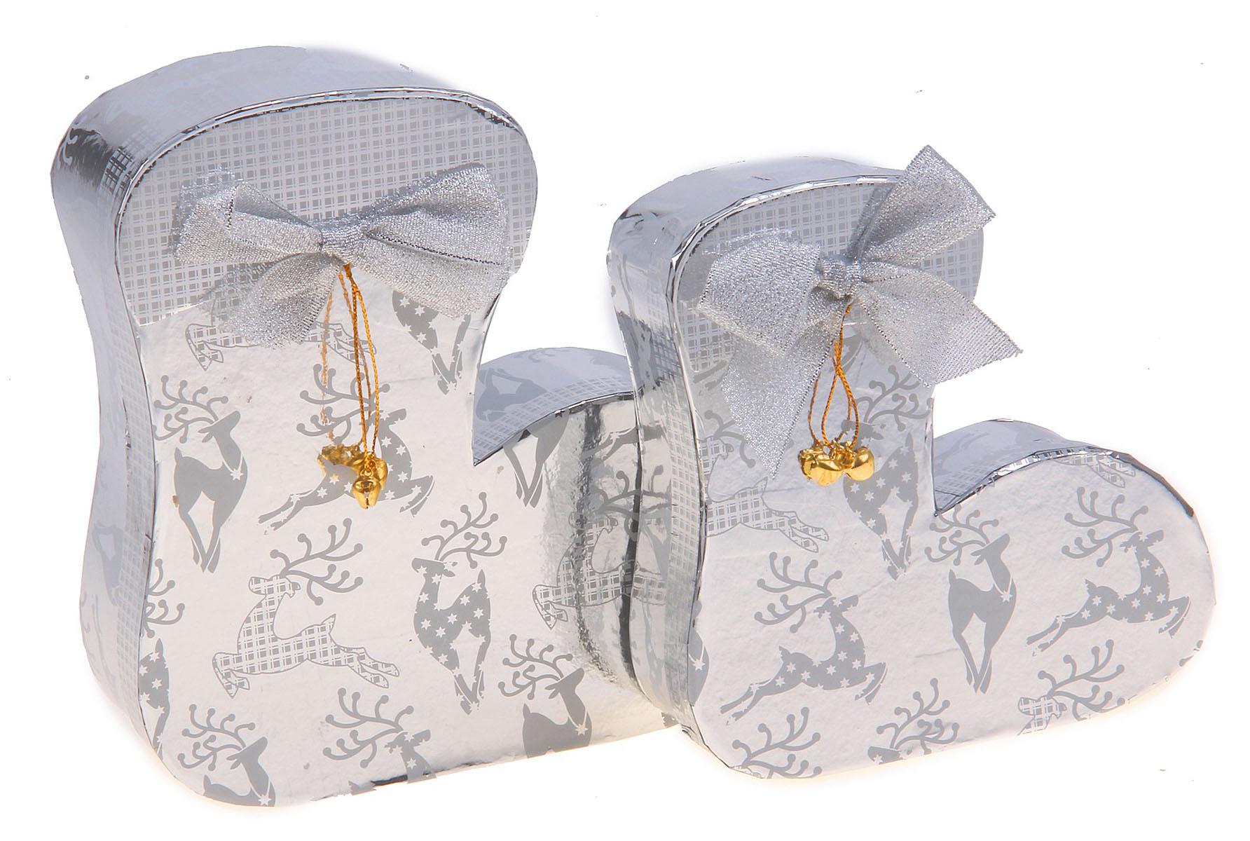 Набор подарочных коробок 2в1 Sima-land Носочек, цвет: серебристый, 2 шт682362Набор Sima-land Носочек состоит из двух коробок, выполненных в форме носочка разного размера, которые вмещаются друг в друга. Коробки декорированы изображением оленей, текстильным бантом и бубенцом. Набор подарочных коробок - это наилучшее решение, если вы хотите порадовать ваших близких и создать праздничное настроение, ведь подарок, преподнесенный в оригинальной упаковке, всегда будет самым эффектным и запоминающимся. Окружите близких людей вниманием и заботой, вручив презент в нарядном, праздничном оформлении. Размер большой коробки: 20,5 см х 20 см х 6 см. Размер маленькой коробки: 16 см х 16,5 см х 5 см.