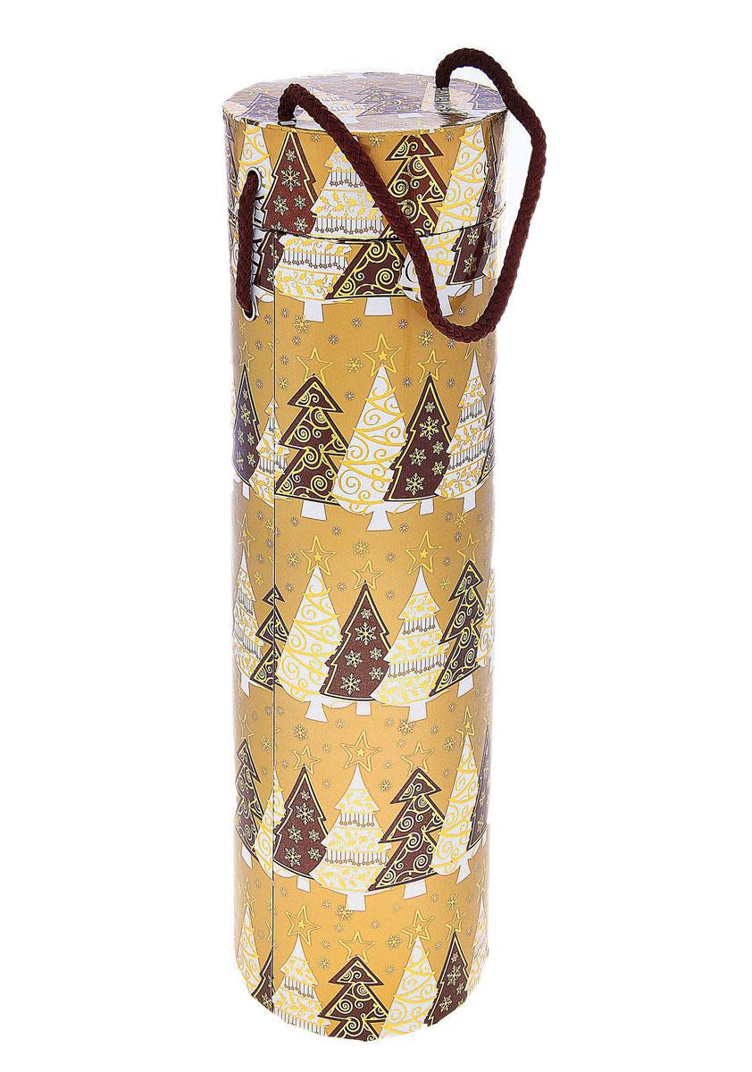 Подарочная коробка под алкоголь Золотой подарок. 682387682387Подарочная коробка под алкоголь Золотой подарок выполнена из плотного картона и оформлена изображением елочек. Коробка оснащена специальной крышкой и шнурком. Форма идеально подходит для бутылок. Нам свойственно в первую очередь смотреть на обложку и только потом заглядывать внутрь. Вот почему так важно красиво и вкусно упаковывать подарки. Подарочная коробка под алкоголь Золотой подарок - именно тот элемент, который сделает ваш презент особенным и запоминающимся, даря настроение праздника! Диаметр коробки: 10 см. Высота коробки: 32,5 см. Материал: картон, текстиль.
