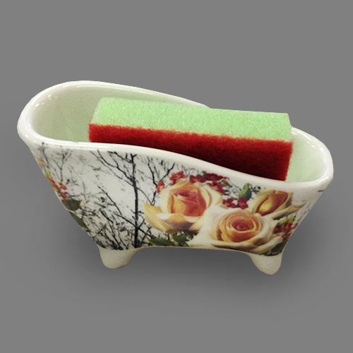 Набор для мытья посуды Besko Роза Антик, 2 предмета. 532-211532-211Набор для мытья посуды Besko Роза Антик состоит из подставки и губки. Подставка выполнена из фарфора в виде ванночки на четырех ножках. Губка идеально впитывает влагу и деликатно очищает поверхность, не царапая ее.