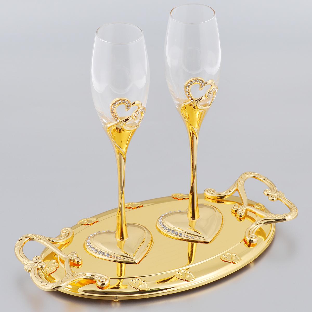 Набор бокалов Marquis Свадьба, на подносе, цвет: золотистый, 3 предмета. 2138-MR2138-MRНабор Marquis Свадьба состоит из двух бокалов для шампанского для молодоженов и подноса. Бокалы выполнены из стекла. Изящные тонкие ножки, выполненные из стали с серебряно-никелевым покрытием, оформлены перфорацией в виде двух сплетенных сердец, инкрустированных стразами. Основание в виде сердца также оформлено стразами. Овальная подставка с ручками, украшенная гравировкой и рельефом, прекрасно дополняет набор. Такой набор принесет особую атмосферу торжества и праздника.
