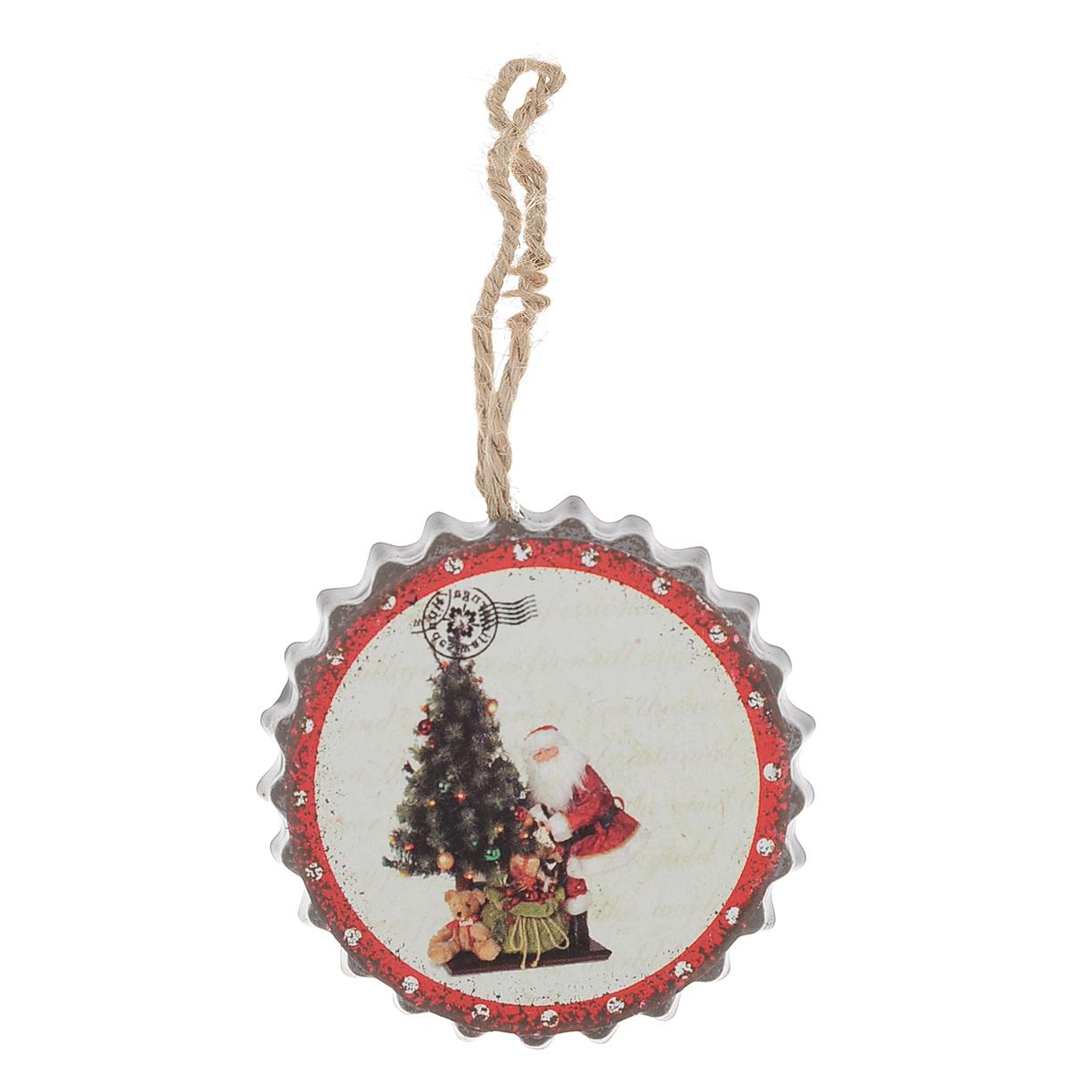 Новогоднее подвесное украшение Дед Мороз у елки, диаметр 5,5 см35289Оригинальное новогоднее украшение из пластика прекрасно подойдет для праздничного декора дома и новогодней ели. Изделие крепится на елку с помощью металлического зажима.
