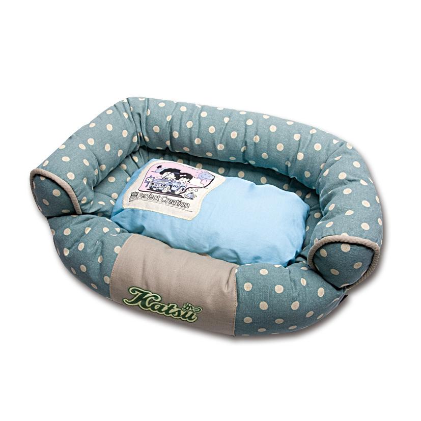 Лежак для собак Katsu Фьюжн, цвет: голубой, зеленый, 60 см х 60 см х 19 см49584Мягкий и уютный лежак для собак Katsu Фьюжн обязательно понравится вашему питомцу. Лежак выполнен из плотного материала. Внутри - мягкий наполнитель, который не теряет своей формы долгое время. Изделие имеет съемную внутреннюю подушку. Внешние стенки оформлены принтом в горошек. Высокие борта лежака обеспечат вашей собаке уют и комфорт. Дно изделия оснащено противоскользящей вставкой. За изделием легко ухаживать, можно стирать вручную или в стиральной машине при температуре 40°С.