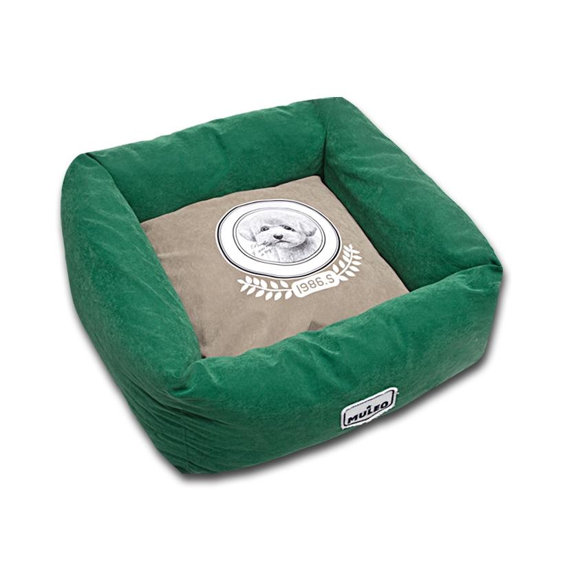 Лежак для собак Katsu Медалист, цвет: зеленый, 50 х 50 х 17 см49592Мягкий и уютный лежак для собак Katsu Медалист обязательно понравится вашему питомцу. Лежак выполнен из мягкого материала. Внутри - мягкий наполнитель, который не теряет своей формы долгое время. Изделие имеет съемную внутреннюю подушку с изображением собачки. Высокие борта лежака обеспечат вашей собаке уют и комфорт. За изделием легко ухаживать, можно стирать вручную или в стиральной машине при температуре 40°С. Общий размер лежака: 50 х 50 х 17 см. Размер съемной подушки: 34 х 34 х 13,5 см.