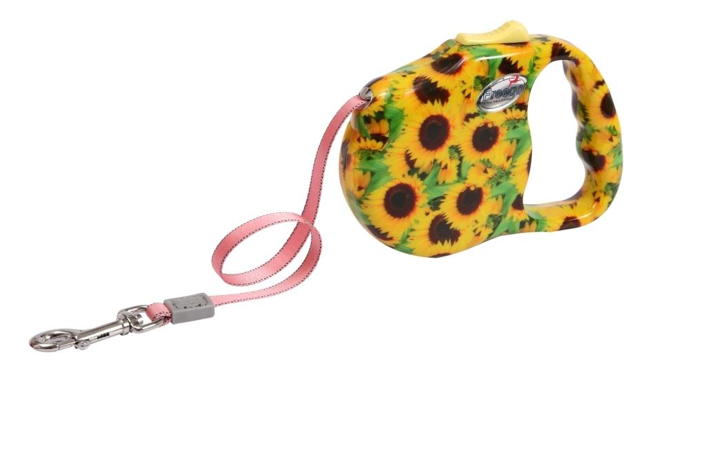 Поводок-рулетка Freego Подсолнух для собак до 12 кг, размер S, цвет: желтый, зеленый, коричневый, 3 м57530Поводок-рулетка Freego Подсолнух изготовлен из пластика и нейлона. Корпус оформлен красочным изображением подсолнухов. Выдвижная нейлоновая лента-поводок имеет хромированную застежку-карабин, с помощью которой надежно пристегивается к ошейнику. Поводок-рулетка Freego Подсолнух - это необходимый, практичный и стильный атрибут для прогулок с вашей собачкой. Его длину можно зафиксировать с помощью специальной кнопки. Длина поводка: 3 м. Максимальная нагрузка: 12 кг.