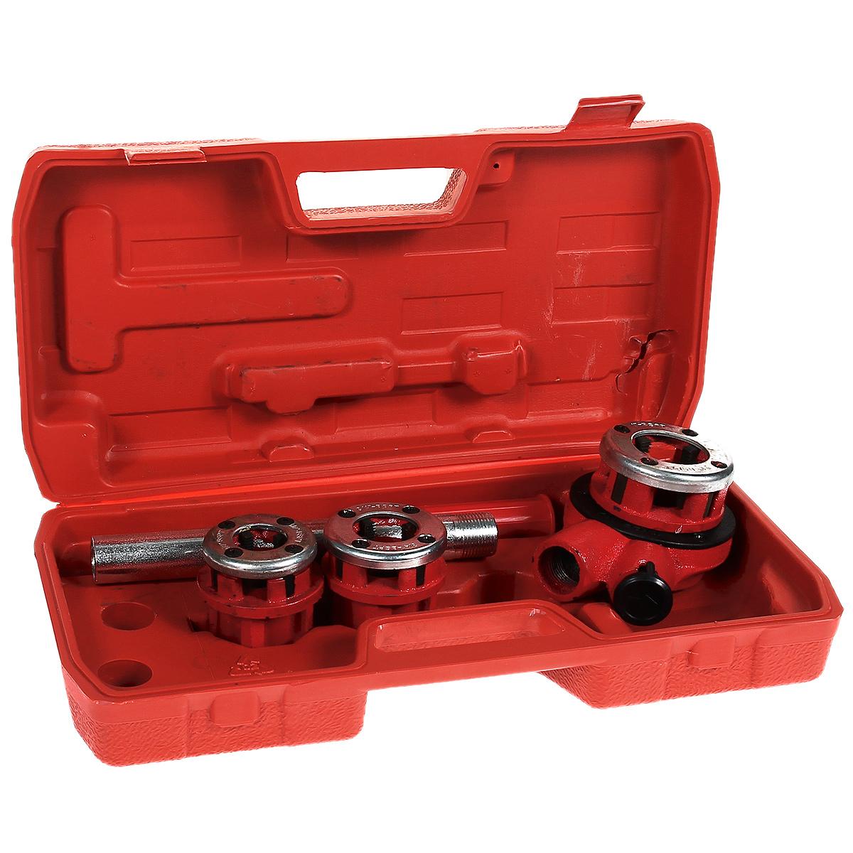 Клуппы трубные FIT, 1/2-3/4-1, 3 шт70003Клуппы трубные FIT предназначены для нарезания наружной резьбы на металлических трубах стандартного диаметра. В комплект входит: - держатель с реверсивным механизмом, - рычаг, - удлинитель рычага, - 3 клуппа. Каждый клупп представляет собой металлический корпус, в котором расположены гнезда для установки 4 сменных резцов. Для фиксации резцов применен бандаж в виде кольца. Резцы выполнены из высококачественной инструментальной стали, маркированы номерами 1, 2, 3, 4 и размещаются последовательно друг за другом по кругу против часовой стрелки. В комплекте присутствует держатель с реверсивным механизмом, в который вставляется клупп и удерживается в нем с помощью пружинного стопорного кольца. Держатель снабжен реверсивно-трещоточным механизмом для нарезания резьбы и снятия клуппа с уже нарезанной резьбы. Перед началом нарезания резьбы на торце трубы необходимо снять фаску и смазать обрабатываемую поверхность смазкой. Клупп надевается на трубу со...