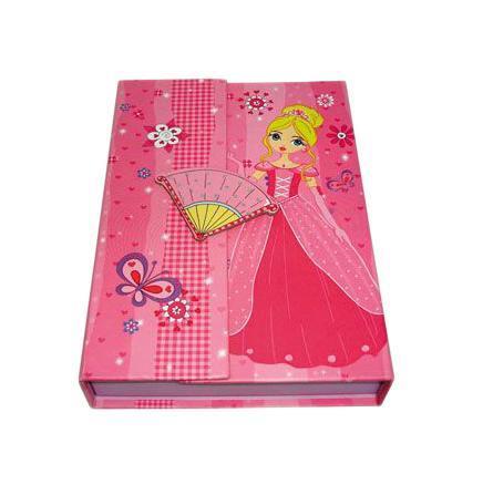 Блокнот с замком FANCY ПРИНЦЕССА, твердая обложка, в подарочной упаковкеFN64/4115*Твердая обложка *Трехцветные страницы * 64 листа Разметка: линейка. Бумага: Полуматовая. Формат: А6. Обложка: картон, ламинированный картон, Бумага. Пол: Для девочек. Возраст: дошкольники Младшие классы. Крепление: скрепки. Особенности:трехцветные страницы на замо