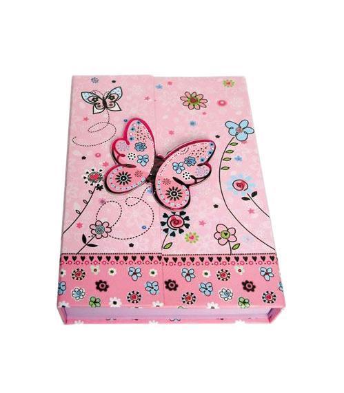 Блокнот с замком FANCY БАБОЧКА И ЦВЕТЫ, твердая обложка, в подарочной упаковкеFN64/4114*Твердая обложка *Трехцветные страницы * 64 листа Разметка: линейка. Бумага: Полуматовая. Формат: А6. Обложка: картон, ламинированный картон, Бумага. Пол: Для девочек. Возраст: дошкольники Младшие классы. Крепление: скрепка. Особенности:трехцветные страницы на замо