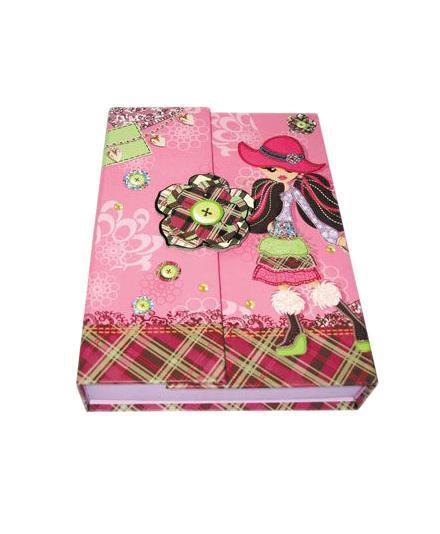 Блокнот с замком FANCY ДЕВОЧКА В ШЛЯПКЕ, твердая обложка, в подарочной упаковкеFN64/4116*Твердая обложка *Трехцветные страницы * 64 листа Разметка: линейка. Бумага: Полуматовая. Формат: А6. Обложка: картон, ламинированный картон, Бумага. Пол: Для девочек. Возраст: дошкольники Младшие классы. Крепление: скрепки. Особенности:трехцветные страницы на замо