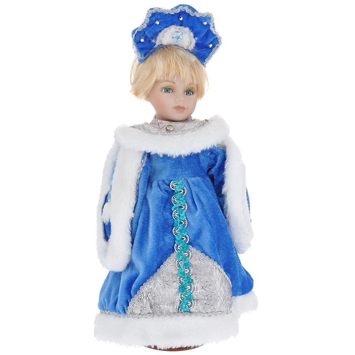 Декоративная керамическая кукла Снегурочка Катюша, на подставке, 30 см. 3580635806Великолепная кукла Снегурочка, выполненная из керамики, займет достойное место в вашей коллекции. Туловище куклы мягконабивное. Лицо с трогательным взглядом обрамлено пышными ресницами, а светлые шелковистые волосы заплетены в длинную косу. Кукла максимально приближена к живому прототипу - юной леди с румянцем на щеках. Снегурочка наряжена в роскошную шубку синего цвета, украшенную тесьмой, пайетками, вышивкой серебристым люрексом и меховой опушкой белого цвета. Кукла одета в белые панталоны. На ногах - бежевые башмачки из искусственной кожи. На голове - кокошник, декорированный бусинами, тесьмой и голубым цветочком. Кукла установлена на подставку, благодаря которой вы можете поместить ее в любом понравившемся вам месте. Такая кукла станет чудесным подарком на Новый год.