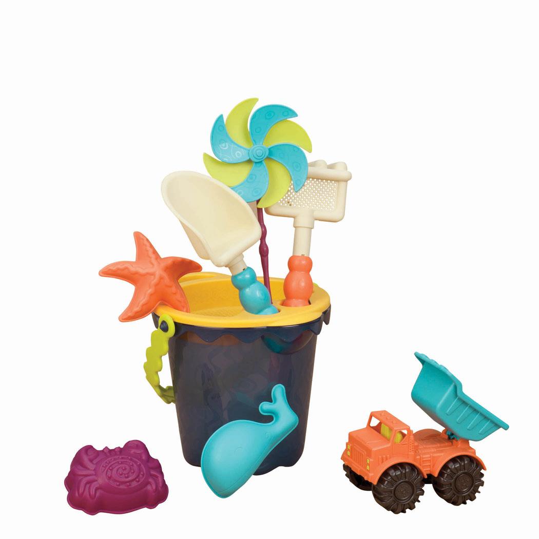 Набор для песочницы Battat Sands Ahoy!, с машинкой, цвет ведерка: синий, 9 предметов68713Набор для песочницы Battat Sands Ahoy! сделает игры в песке еще более увлекательными и захватывающими. Набор включает в себя 9 предметов: машинку, 3 формочки, лопатку, грабельки, ведерко средней величины с забавной ручкой, ситечко и вертушку. Все элементы набора изготовлены из высококачественного безопасного пластика и имеют яркие приятные цвета. Машинка выполнена в виде самосвала с просторным откидывающимся кузовом, в котором можно перевозить важнейший элемент стройки - песок. Колесики машинки вращаются. Формочки выполнены в виде краба, кита и морской звезды. Грабельки имеют отверстия, сквозь которые можно просеивать песок. Игры в песке способствуют развитию мелкой моторики ребенка, координации движений, тактильного и цветового восприятия, а также воображения и творческого мышления. А с набором для песочницы Battat Sands Ahoy! играть станет еще веселее, ведь он откроет вашему малышу новые просторы для творчества! Рекомендуемый возраст: от 18 месяцев до 8...