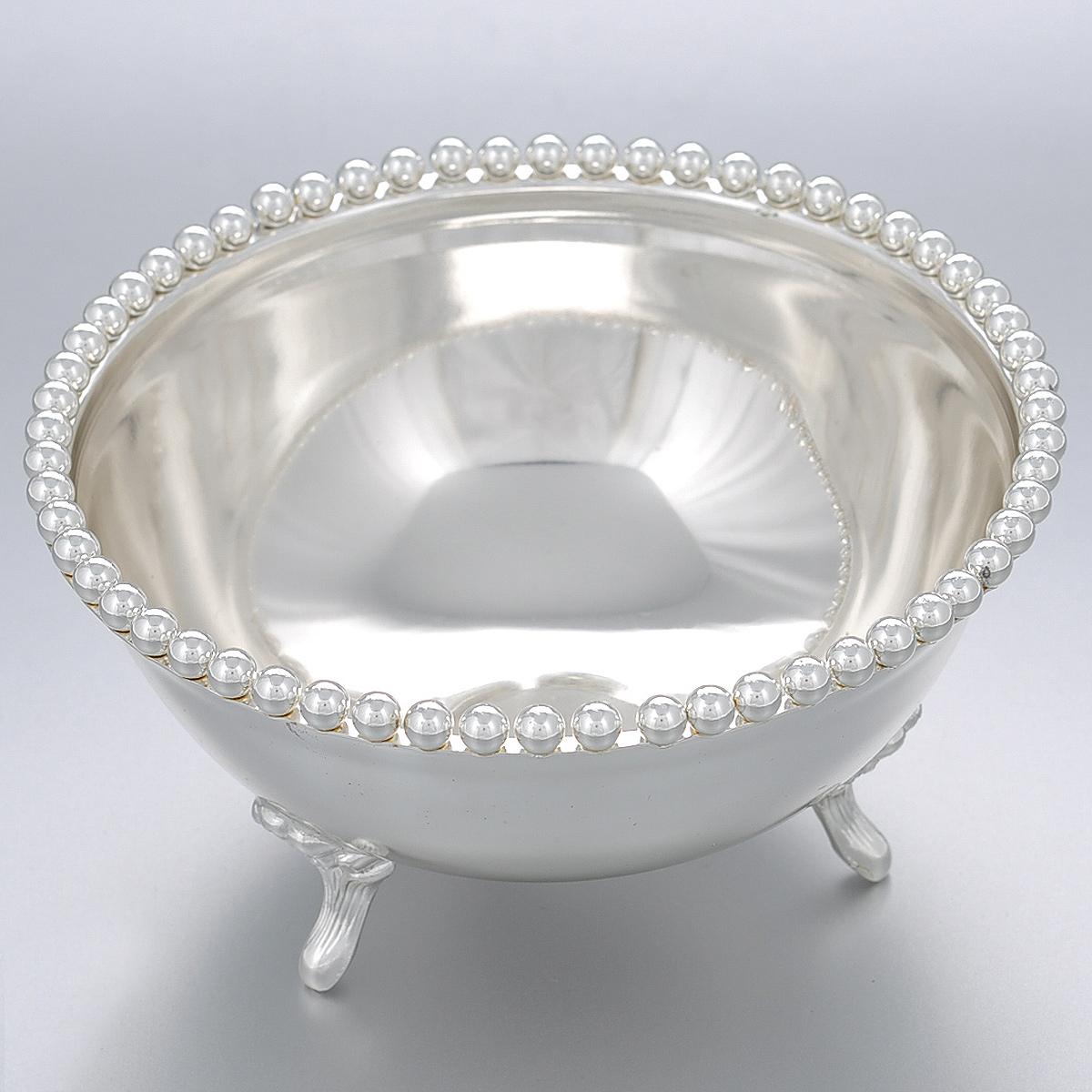 Ваза универсальная Marquis, диаметр 13 см. 7044-MR7044-MRУниверсальная ваза Marquis выполнена из стали с серебряно-никелевым покрытием и по краю оформлена круглыми бусинами. Ваза прекрасно подойдет для красивой сервировки конфет, различных пирожных и фруктов, соусов, закусок и многого другого. Предусмотрены 3 ножки с цветочным рельефом для большей устойчивости. Такая ваза придется по вкусу и ценителям классики, и тем, кто предпочитает утонченность и изысканность. Она великолепно украсит праздничный стол и подчеркнет прекрасный вкус хозяина, а также станет отличным подарком.
