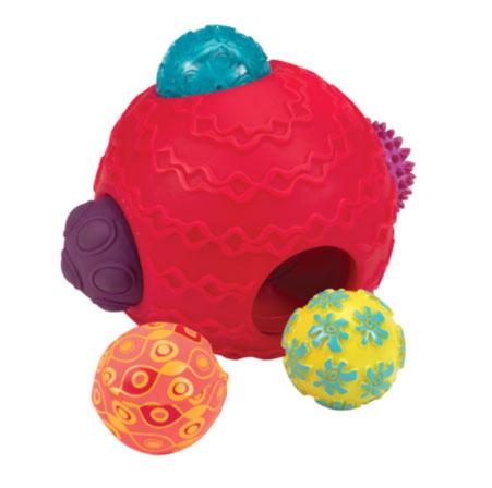 Развивающая игрушка Battat Шумные шарики68641Развивающая игрушка Battat Шумные шарики станет полезной и увлекательной игрой для самых маленьких. Набор включает в себя 5 разноцветных мячиков различной фактуры и 1 большой мяч. Красочные мячики изготовлены из безопасного пластика, малышу непременно понравится играть с ними - ведь их так весело катать, сжимать и даже грызть! Можно играть с ними вместе, или по отдельности. Каждый мячик имеет свой цвет, узор и уникальный рельеф. В одном из мячей расположена пищалка. Большой мячик имеет специальные выемки, в которых без труда помещаются маленькие мячи, что не только обеспечивает удобство хранения игрушки, но и дает малышу дополнительный простор для игр. Забавные мячи надолго займут малыша, и позволят ему весело и с пользой провести время. Мячики способствуют развитию зрительного и слухового восприятия, стимулируют интерес малыша к познанию, а также помогают развитию мелкой и крупной моторики. Порадуйте своего малыша таким замечательным подарком!