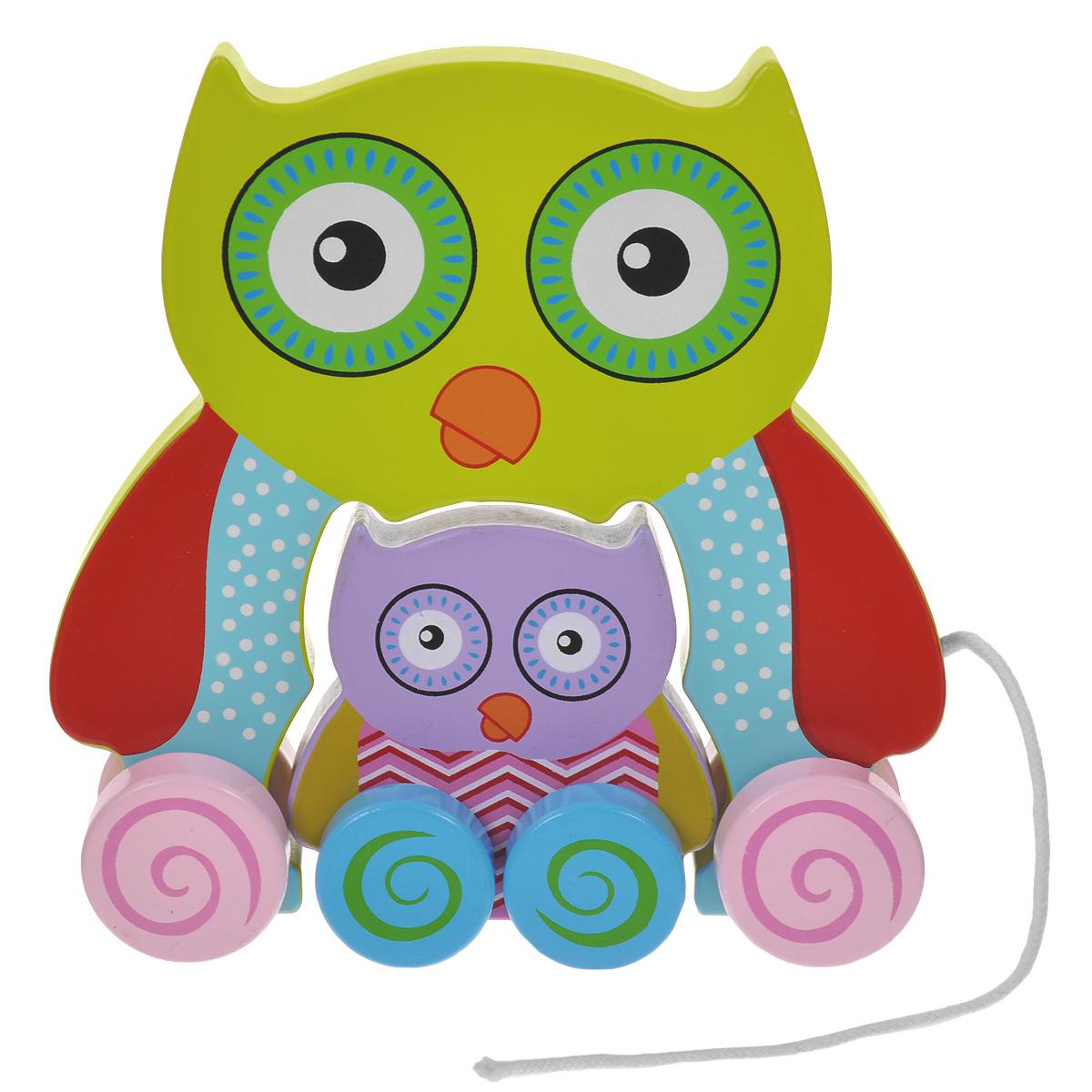 Mapacha Деревянная игрушка-каталка Сова с совенком76422Деревянная игрушка-каталка Mapacha Сова с совенком непременно понравится вашему малышу и подойдет для игры как дома, так и на свежем воздухе. Она выполнена из дерева с использованием нетоксичных красок и состоит из игрушек в виде совы и совенка, оснащенных колесиками. Края игрушек закруглены, чтобы избежать вероятности травмирования. К сове приделан шнурок для того, чтобы ребенку было удобно везти игрушку за собой. Малыш сможет катать их по отдельности или соединить их. Игрушка-каталка Mapacha Сова с совенком развивает пространственное мышление, цветовое восприятие, ловкость, равновесие и координацию движений. Контрастные узоры на сове и совенке стимулируют развитие координации глаз, учат следить за мелкими движущимися объектами.