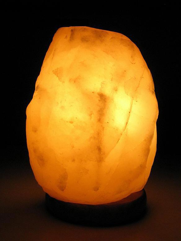 Лампа солевая Wonder Life Скала - Эко223Лампа солевая Wonder Life Скала - Эко изготовлена из природной каменной соли. Лампа имеет форму скалы. Материал плафона лампы - натуральная гималайская соль из Пакистана. Соль в холодном состоянии обладает способностью поглощать влагу из воздуха, а при нагреве выделять влагу. Источником света в лампе служит электрическая лампочка (входит в комплект). Лампа имеет деревянную подставку. Солевая лампа станет не только прекрасным элементом интерьера, но и мягким природным ионизатором, который принесет в ваш дом красоту, гармонию и здоровье. Преимущества очищения воздуха каменной солью: облегчение головной боли при мигрени, повышение уровня серотонина в крови, уменьшение тяжести приступов астмы, укрепление иммунной системы и снижение уязвимости к простуде и гриппу. В целях безопасности включенную лампу ничем нельзя накрывать.