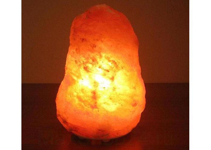 Лампа солевая Wonder Life Скала -Техно 2-3кг478Лампа солевая Wonder Life Скала -Техно изготовлена из природной каменной соли. Лампа имеет форму скалы. Материал плафона лампы - натуральная каменная соль из Пакистана. Соль в холодном состоянии обладает способностью поглощать влагу из воздуха, а при нагреве выделять влагу. Источником света в лампе служит электрическая лампочка (входит в комплект). Лампа имеет резиновые опоры. Солевая лампа станет не только прекрасным элементом интерьера, но и мягким природным ионизатором, который принесет в ваш дом красоту, гармонию и здоровье. Преимущества очищения воздуха каменной солью: облегчение головной боли при мигрени, повышение уровня серотонина в крови, уменьшение тяжести приступов астмы, укрепление иммунной системы и снижение уязвимости к простуде и гриппу. В целях безопасности включенную лампу ничем нельзя накрывать.
