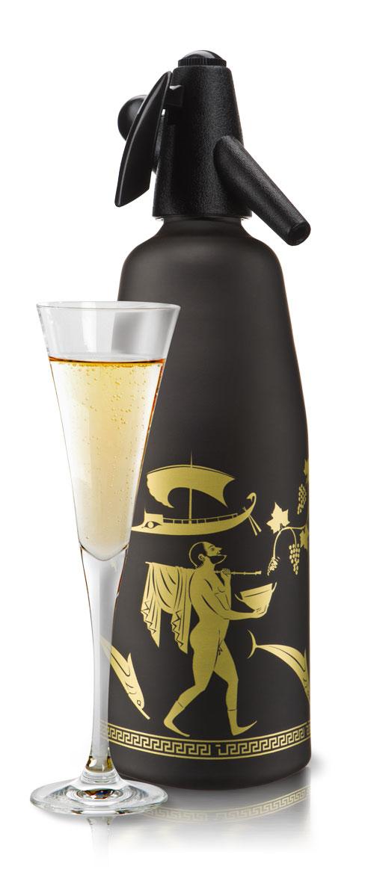 Сифон O!range Antic, цвет: черный матовый, 1 л. AM-210ACBKAM-210ACBKCифон O!range предназначен для приготовления газированной воды, напитков и коктейлей. С помощью сифона для газирования воды O!range можно быстро и легко готовить натуральные и очень вкусные напитки и коктейли. Стильный дизайн и актуальные цвета делают сифоны O!range незаменимыми на любой кухне - в квартире и в загородном доме, на даче и в офисе. ПЕЙТЕ натуральные напитки Готовьте натуральную газировку без красителей и консервантов. Используйте ключевую воду, домашнее варенье, компоты, фрукты и другие натуральные продукты. Не бойтесь экспериментировать. ЭКОНОМЬТЕ свои деньги Вам больше не нужно покупать газированную воду и напитки в магазине. Для приготовления газированной воды вам потребуется сифон O!range и вода из под крана, очищенная бытовым фильтром. ИСПОЛЬЗУЙТЕ дома и на даче Сифон для газирования воды O!range прост и удобен в применении. Вы всегда сможете приготовить освежающий напиток за несколько секунд. ЗАБОТЬТЕСЬ о...