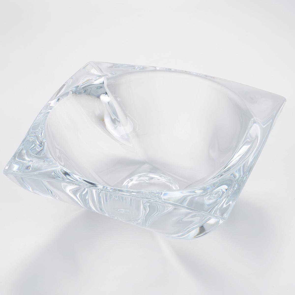 Ваза для фруктов Crystalite Bohemia Ареззо, 23 х 23 х 9 см6KD90/0/99S76/320Ваза для фруктов Crystalite Bohemia Ареззо изготовлена из прочного утолщенного стекла кристалайт. Ваза имеет оригинальную форму, что делает ее изящным украшением праздничного стола. Она красиво переливается и излучает приятный блеск. Изделие прекрасно подходит для сервировки фруктов, конфет, пирожных и т.д. Ваза для фруктов Crystalite Bohemia Ареззо - это изысканное украшение праздничного стола, интерьера кухни или комнаты. Такая ваза станет желанным и стильным подарком. Можно использовать в посудомоечной машине и микроволновой печи.