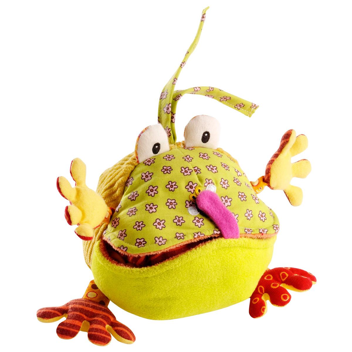 Двойная погремушка Lilliputiens Жаба Ромео86252Двойная погремушка Lilliputiens Жаба Ромео выполнена из текстильного материала разных фактур в виде милой жабы, которую зовут Ромео. Одним легким движением Ромео превращается в забавного симпатичного краба - нужно просто вывернуть игрушку и зафиксировать в получившемся виде с помощью липучки. В одной из расходящихся при выворачивании створках задней части спрятан шуршащий элемент. Внутри игрушки находятся звенящая при тряске сфера. Одну клешню краба можно оттягивать благодаря резинке, в другой расположена пищалка. Тельце краба дополнено мелкими прорезиненными точечками. С помощью двух веревочек игрушку можно прикрепить к коляске, кроватке или игровой дуге малыша. Яркая погремушка Lilliputiens Жаба Ромео поможет ребенку в развитии цветового и звукового восприятия, концентрации внимания, мелкой моторики рук, координации движений и тактильных ощущений.