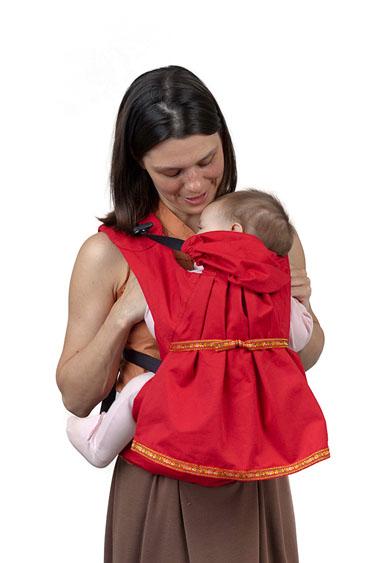Слинг-рюкзак Чудо-Чадо Дочкомобиль, цвет: красныйСРД02-002Слинг-рюкзак Бебимобиль - это простая и удобная переноска, созданная специально для девочек - с юбочкой, оборочкой и бантиком. Теперь никто не примет вашу ненаглядную доченьку за мальчика. Эффект от того, что девочка в платьице - 100%. Ловите восхищенные взгляды! Слинг-рюкзак Чудо-Чадо Дочкомобиль сшит из прочного 100% хлопка Твил. Он мягок, и при этом чрезвычайно надежен и долговечен. Выдержит множество стирок. Высококачественная фурнитура, строгий контроль при пошиве - все это делает Дочкомобиль особо прочным и надежным! В поясе и лямках нашего рюкзака не используется поролон, т.к. под воздействием повышенных температур и солнечного света он выделяет вредные соединения. У нас проложена безопасная пенополиэтиленовая пенка, которая не выделяет токсинов и значительно более стойка к износу. Все соединения деталей рюкзака дополнительно усилены и прострочены. Ведь это так важно, когда вы несете свое самое дорогое сокровище! Спина родителя, несущего слинг-рюкзак...