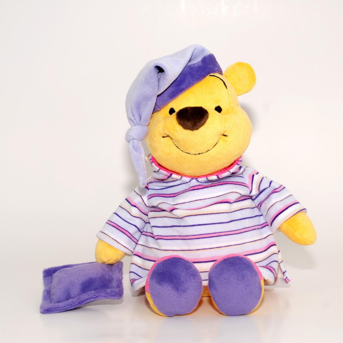 Сонный Винни. Мягкая говорящая игрушка, 35 смDVT0\MОчаровательная музыкальная мягкая игрушка Сонный Винни, выполненная в виде главного героя популярного мультфильма Винии пух и его друзья вызовет умиление и улыбку у каждого, кто ее увидит. Она станет замечательным подарком, как ребенку, так и взрослому. Необычайно мягкая, она принесет радость и подарит своему обладателю мгновения нежных объятий и приятных воспоминаний. Ваш любимый герой расскажет стихотворение, и уснет зевая, посапывая и насвистывая мелодию. Игрушка подарит детям радость и приятные сны. Игрушка Сонный Винни выполнена из высококачественных текстильных материалов и гипоаллергенного синтепона. Мягкая игрушка может стать милым подарком, а может быть и лучшим другом на все времена. Предлагаемые нами игрушки представляют собой образец великолепного дизайна. Компания Disney сама занимается дизайном и предъявляет большие требования к качеству продукции: все плюшевые герои соответствуют своим мультяшным прототипам, а самое главное -...