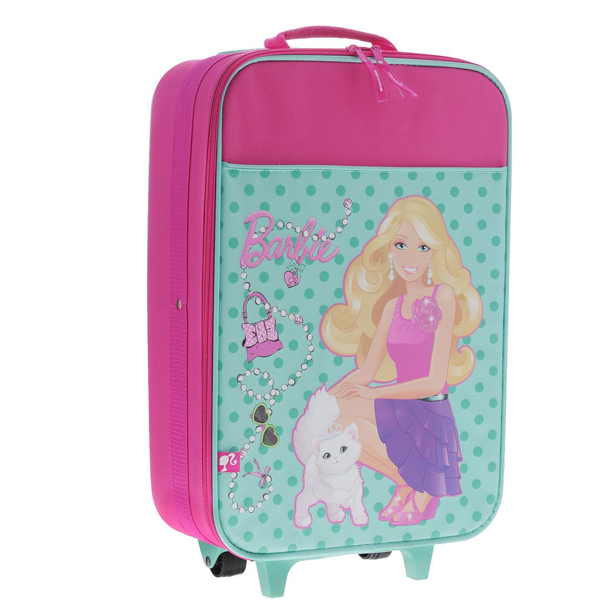 Детский чемодан Barbie, с телескопической ручкой, на колесиках, цвет: розовый, бирюзовыйBRAS-UT-574LДетский чемодан Barbie с телескопической ручкой и на колесиках - это стильный и удобный чемодан, который придется по душе вашей маленькой моднице. Чемодан с пластиковым каркасом изготовлен из плотного материала розового и бирюзового цветов и оформлен аппликациями в виде Барби с белой кошечкой и различных стильных аксессуаров. Чемодан содержит одно вместительное отделение и закрывается крышкой на застежку-молнии с двумя бегунками. Внутри находятся фиксирующие эластичные ремни, скрепляющиеся пластиковой защелкой. На внутренней стороне крышки имеется большой сетчатый карман без застежки. Удобная выдвижная ручка и колесики облегчают транспортировку чемодана. Также изделие оснащено двумя текстильными ручками (наверху и сбоку) для переноски в руке. Пластиковая подножка защитит дно чемодана от загрязнений и продлит его срок службы.