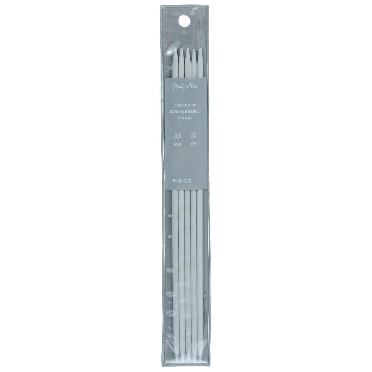 Спицы носочные Hobby & Pro, алюминиевые, прямые, диаметр 3,5 мм, длина 20 см, 5 шт7700050Спицы для вязания Hobby & Pro изготовлены из высококачественного алюминия с тефлоновым покрытием. Спицы прочные, легкие, гладкие, удобные в использовании. Кончики спиц закругленные. Спицы без ограничителей предназначены для вязания шапочек, варежек и носков. Вы сможете вязать для себя и делать подарки друзьям. Рукоделие всегда считалось изысканным, благородным делом. Работа, сделанная своими руками, долго будет радовать вас и ваших близких.