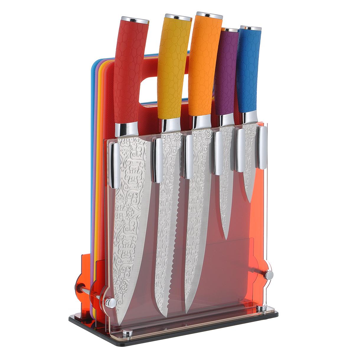 Набор ножей Яркий орнамент, 11 предметовMS14-014Набор ножей Яркий орнамент состоит из поварского ножа, ножа для хлеба, разделочного ножа, универсального ножа и ножа для овощей. Лезвия ножей выполнены из нержавеющей стали с гравировкой в виде изящных узоров. Разноцветные рукоятки эргономичной формы изготовлены из бакелита с прорезиненной поверхностью и украшены рельефом. В наборе также имеется 5 пластиковых разделочных досок, цвет которых соответствует цвету рукояток ножей. То есть для каждого ножа предусмотрена своя разделочная доска, чтобы не происходило смешение запахов. Подставка выполнена из прозрачного акрила красного цвета и оснащена выемками как для ножей, так и для разделочных досок. Прекрасный набор для ежедневной резки фруктов, овощей, мяса, хлеба, сыра и других продуктов. Яркий и актуальный набор ножей стильно дополнит интерьер вашей кухни и поможет в приготовлении блюд. Длина лезвия поварского ножа: 20 см. Общая длина поварского ножа: 33 см. Длина лезвия ножа для...