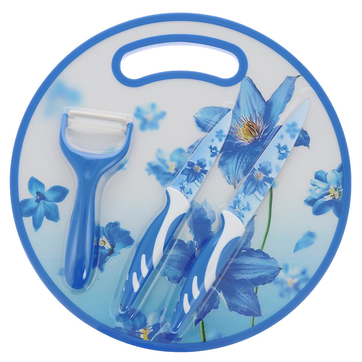 Набор ножей Голубые цветы, 4 предметаMS04-052Набор ножей Голубые цветы состоит из универсального ножа, ножа для овощей, овощечистки и круглой разделочной доски. Лезвия ножей, украшенные красивым рисунком голубых цветов, выполнены из нержавеющей стали со специальным покрытием. Рукоятки эргономичной формы изготовлены из пластика с прорезиненными вставками. Разделочная доска, выполненная из пластика, оформлена тем же цветочным мотивом. Для удобства использования доска снабжена ручкой. Овощечистка с пластиковой рукояткой снабжена острым керамическим лезвием. Прекрасный набор для ежедневной резки фруктов, овощей, мяса, хлеба, сыра и других продуктов. Яркий и актуальный набор ножей стильно дополнит интерьер вашей кухни и поможет в приготовлении блюд. Длина лезвия универсального ножа: 12,5 см. Общая длина универсального ножа: 24 см. Длина лезвия ножа для овощей: 9 см. Общая длина ножа для овощей: 20 см. Диаметр разделочной доски: 30 см. Длина овощечистки: 15,5 см. Ширина лезвия...