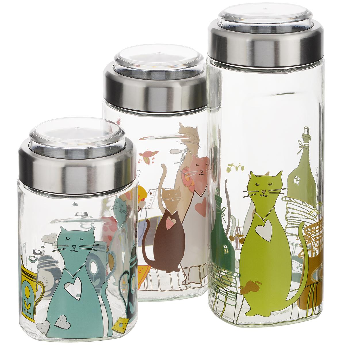 Набор банок для сыпучих продуктов Sinoglass Cats, 3 шт9740AC30Набор Sinoglass Cats состоит из трех банок разного объема, предназначенных для хранения сыпучих продуктов. Изделия выполнены из высококачественного стекла, украшенного красочной деколью с изображением котов. Банки имеют эргономичную форму и специальные выемки для удобного захвата. Металлические крышки снабжены прозрачными пластиковыми емкостями с мерной шкалой до 200 мл, которые легко вынимаются и могут быть использованы как мерные стаканы. Между емкостью и крышкой имеется силиконовая прослойка, которая создает внутри вакуум и позволяет продуктам дольше оставаться свежими, а также предотвращает попадание влаги. Банки идеальны для хранения круп, спагетти, чая, кофе, сахара, орехов и других сыпучих продуктов. Благодаря прозрачным стенкам, можно видеть содержимое банок. Такой набор стильно дополнит интерьер кухни и станет незаменимым помощником в приготовлении ваших любимых блюд. Объем: 1150 мл; 1550 мл; 2000 мл. Высота банок (с...