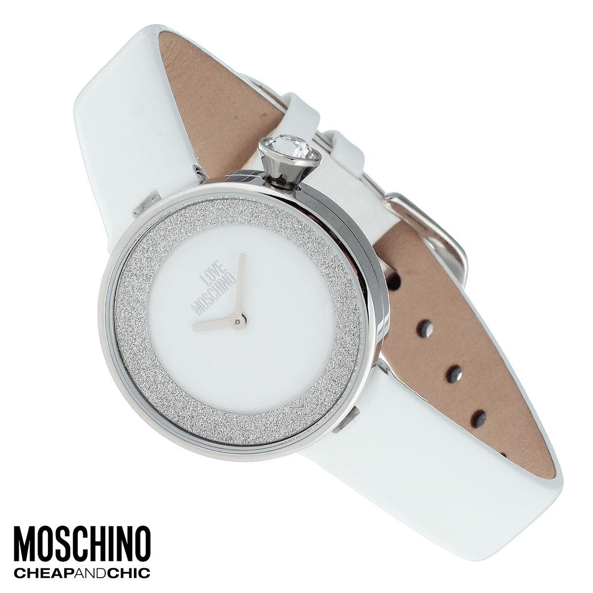 Часы женские наручные Moschino, цвет: белый. MW0427MW0427Наручные часы от известного итальянского бренда Moschino - это не только стильный и функциональный аксессуар, но и современные технологи, сочетающиеся с экстравагантным дизайном и индивидуальностью. Часы Moschino оснащены кварцевым механизмом. Корпус выполнен из высококачественной нержавеющей стали и по контуру циферблата декорирован блестками. Циферблат без отметок оформлен надписью Love Moschino и защищен минеральным стеклом. Часы имеют две стрелки - часовую и минутную. Ремешок часов выполнен из натуральной кожи и имеет классическую застежку. Часы упакованы в фирменную металлическую коробку с логотипом бренда. Часы Moschino благодаря своему уникальному дизайну отличаются от часов других марок своеобразными циферблатами, функциональностью, а также набором уникальных технических свойств. Каждой модели присуща легкая экстравагантность, самобытность и, безусловно, великолепный вкус. Характеристики: Диаметр циферблата: 2,3 см. ...