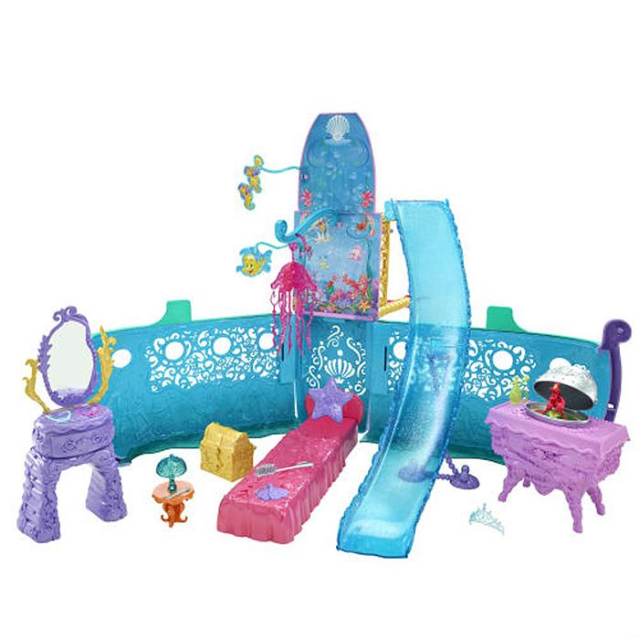 Disney Princess Дом для кукол Принцесса Русалочка Волшебный корабль АриэльY0941Девочки любят играть с куклами, особенно, с Русалочкой Ариэль! Этот набор создан для увлекательных приключений Ариэль в море! Двухуровневый корабль нежно голубого цвета понравится любой девчонке: розовая кровать, фиолетовый туалетный столик, люстра в виде медузы, сундук с сокровищами и другие необходимые аксессуары для настоящей принцессы. Найди в волшебном корабле Ариэль магические сюрпризы! Рекомендуемый возраст: от 3 лет Внимание: Не подходит для детей в возрасте до 36 месяцев. Игрушки бренда Mattel изготавливаются в соответствии со всеми нормами безопасности и не наносят вреда ребенку. Характеристики: Размер упаковки: 63 см x 32 см x 9 см. Изготовитель: Китай. УВАЖАЕМЫЕ КЛИЕНТЫ! Просим вас обратить внимание на тот факт, что куклы в комплект не входят и приобретаются отдельно.