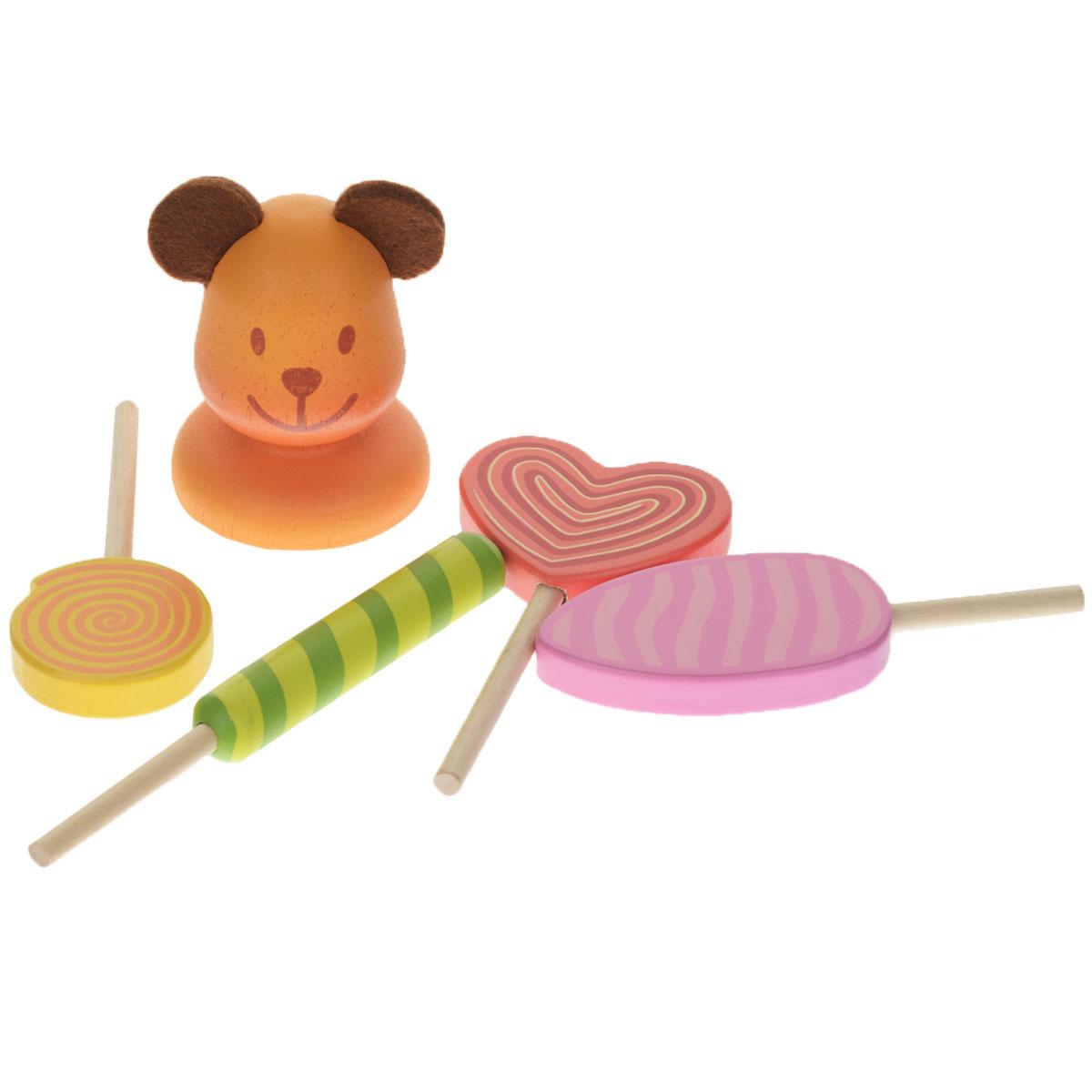 Djeco Игровой набор Леденцы06622Игровой набор Djeco Леденцы станет отличной альтернативой для сладкоежек. Набор включает подставку в виде мишки и четыре леденца различных форм и цветов на палочке. Ребенок сможет поместить леденцы в специальные отверстия в подставке. Все элементы выполнены из дерева, выкрашенного нетоксичными красками. Ушки мишки - из текстильного материала. Набор упакован в подарочную коробку. Ребенок будет в восторге от такого подарка!