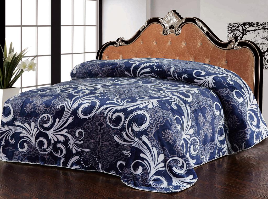 Плед SL, цвет: синий, белый, 200 х 220 см 1021710217Роскошный флисовый плед SL гармонично впишется в интерьер вашего дома и создаст атмосферу уюта и комфорта. Плед выполнен из высококачественного флиса и оформлен изящным орнаментом. Флис - мягкий, теплый, приятный на ощупь материал с бархатистой текстурой, который обладает высокой износостойкостью и долговечностью. Такой плед согреет в прохладную погоду и будет превосходно дополнять интерьер вашей спальни. Высочайшее качество материала гарантирует безопасность не только взрослых, но и самых маленьких членов семьи. Плед поможет подчеркнуть любой стиль интерьера, задать ему нужный тон - от игривого до ностальгического. Плед - это такой подарок, который будет всегда актуален, особенно для ваших родных и близких, ведь вы дарите им частичку своего тепла! Soft Line предлагает широкий ассортимент высококачественного домашнего текстиля разных направлений и стилей. Это и постельное белье из тканей различных фактур и орнаментов, а также мягкие теплые пледы,...