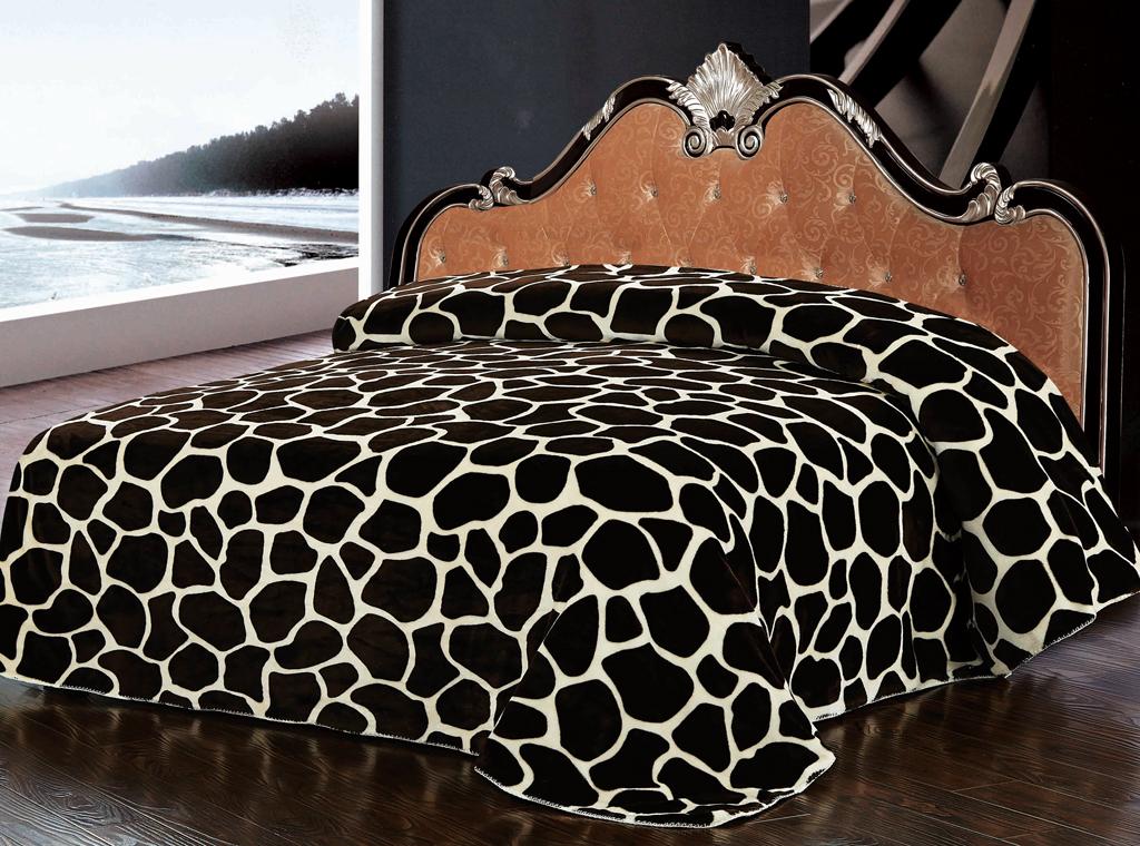 Плед SL, цвет: коричневый, 200 х 220 см 1022210222Роскошный флисовый плед SL гармонично впишется в интерьер вашего дома и создаст атмосферу уюта и комфорта. Плед выполнен из высококачественного флиса и оформлен принтом под жирафа. Флис - мягкий, теплый, приятный на ощупь материал с бархатистой текстурой, который обладает высокой износостойкостью и долговечностью. Такой плед согреет в прохладную погоду и будет превосходно дополнять интерьер вашей спальни. Высочайшее качество материала гарантирует безопасность не только взрослых, но и самых маленьких членов семьи. Плед поможет подчеркнуть любой стиль интерьера, задать ему нужный тон - от игривого до ностальгического. Плед - это такой подарок, который будет всегда актуален, особенно для ваших родных и близких, ведь вы дарите им частичку своего тепла! Soft Line предлагает широкий ассортимент высококачественного домашнего текстиля разных направлений и стилей. Это и постельное белье из тканей различных фактур и орнаментов, а также мягкие теплые пледы,...