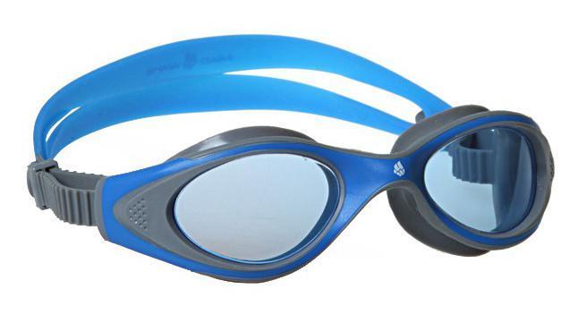 Очки для плавания MadWave Junior Flame, цвет: синий, серыйM0411 04 0 04WУдобные классические юниорские очки для спорта и отдыха c автоматической системой регулировки ремешков на корпусе. Улучшенная антизапотевающая защита стекла благодаря внедрению антифога капиллярным способом. Защита от ультрафиолетовых лучей UV 400. Целлюлозополимерные линзы. Вид переносицы — моноблок. Рамка — полипропилен, обтюратор — термопластичная резина. Силиконовый ремешок. Предназначены ориентировочно на возраст до 8 лет. Комплектация: Очки. Чехол.