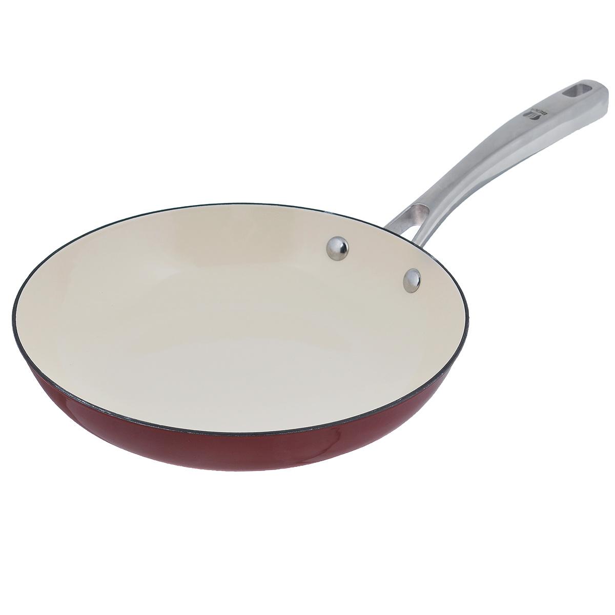 Сковорода Beka Arome, цвет: красный. Диаметр 24 см. 1630724416307244Сковорода Beka Arome изготовлена из эмалированного чугуна. Он быстро нагревается и, постепенно отдавая тепло, обеспечивает наилучшее качество приготовления любимых блюд. Жаростойкая эмаль обладает повышенной устойчивостью к микроповреждениям и надолго сохраняет свой эстетичный внешний вид. Сковорода снабжена удобной и прочной ручкой из нержавеющей стали. Подходит для приготовления пищи на всех типах плит, включая индукционные. Можно мыть в посудомоечной машине.