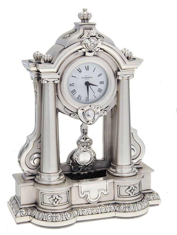 Часы настольные Linea Argenti, цвет: серебристый. 665839665839Изысканные настольные часы Linea Argenti с кварцевым механизмом выполнены из высокопрочной эпоксидной смолы и покрыты серебром высшей пробы. Часы декорированы колоннами. Циферблат круглой формы оформлен римскими цифрами и имеет три стрелки - часовую, минутную и секундную. Часы - это не только функциональное устройство, но и оригинальный элемент декора, который впишется в любой интерьер. Благодаря стильному дизайну, качеству исполнения и практичности часы смогут стать великолепным подарком, который подчеркнет утонченный вкус своего обладателя.