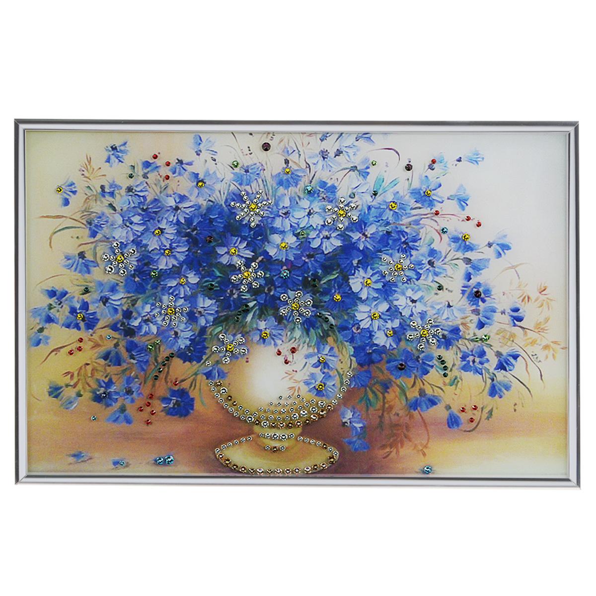 Картина с кристаллами Swarovski Васильки, 30 см х 20 см1067Изящная картина в металлической раме, инкрустирована кристаллами Swarovski, которые отличаются четкой и ровной огранкой, ярким блеском и чистотой цвета. Красочное изображение букета васильков в вазе, расположенное под стеклом, прекрасно дополняет блеск кристаллов. С обратной стороны имеется металлическая петелька для размещения картины на стене. Картина с кристаллами Swarovski Васильки элегантно украсит интерьер дома или офиса, а также станет прекрасным подарком, который обязательно понравится получателю. Блеск кристаллов в интерьере, что может быть сказочнее и удивительнее. Картина упакована в подарочную картонную коробку синего цвета и комплектуется сертификатом соответствия Swarovski.