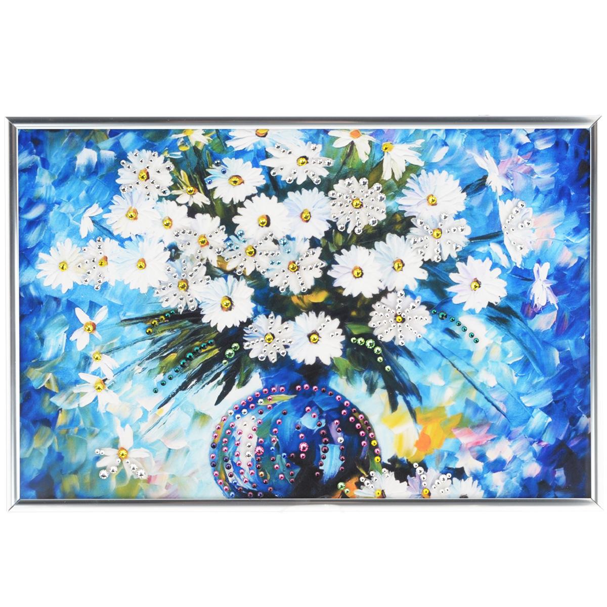 Картина с кристаллами Swarovski Ромашки, 31 х 21 см1267Изящная картина в металлической раме, инкрустирована кристаллами Swarovski, которые отличаются четкой и ровной огранкой, ярким блеском и чистотой цвета. Красочное изображение букета ромашек в вазе, расположенное под стеклом, прекрасно дополняет блеск кристаллов. С обратной стороны имеется металлическая петелька для размещения картины на стене. Картина с кристаллами Swarovski Ромашки элегантно украсит интерьер дома или офиса, а также станет прекрасным подарком, который обязательно понравится получателю. Блеск кристаллов в интерьере, что может быть сказочнее и удивительнее. Картина упакована в подарочную картонную коробку синего цвета и комплектуется сертификатом соответствия Swarovski.