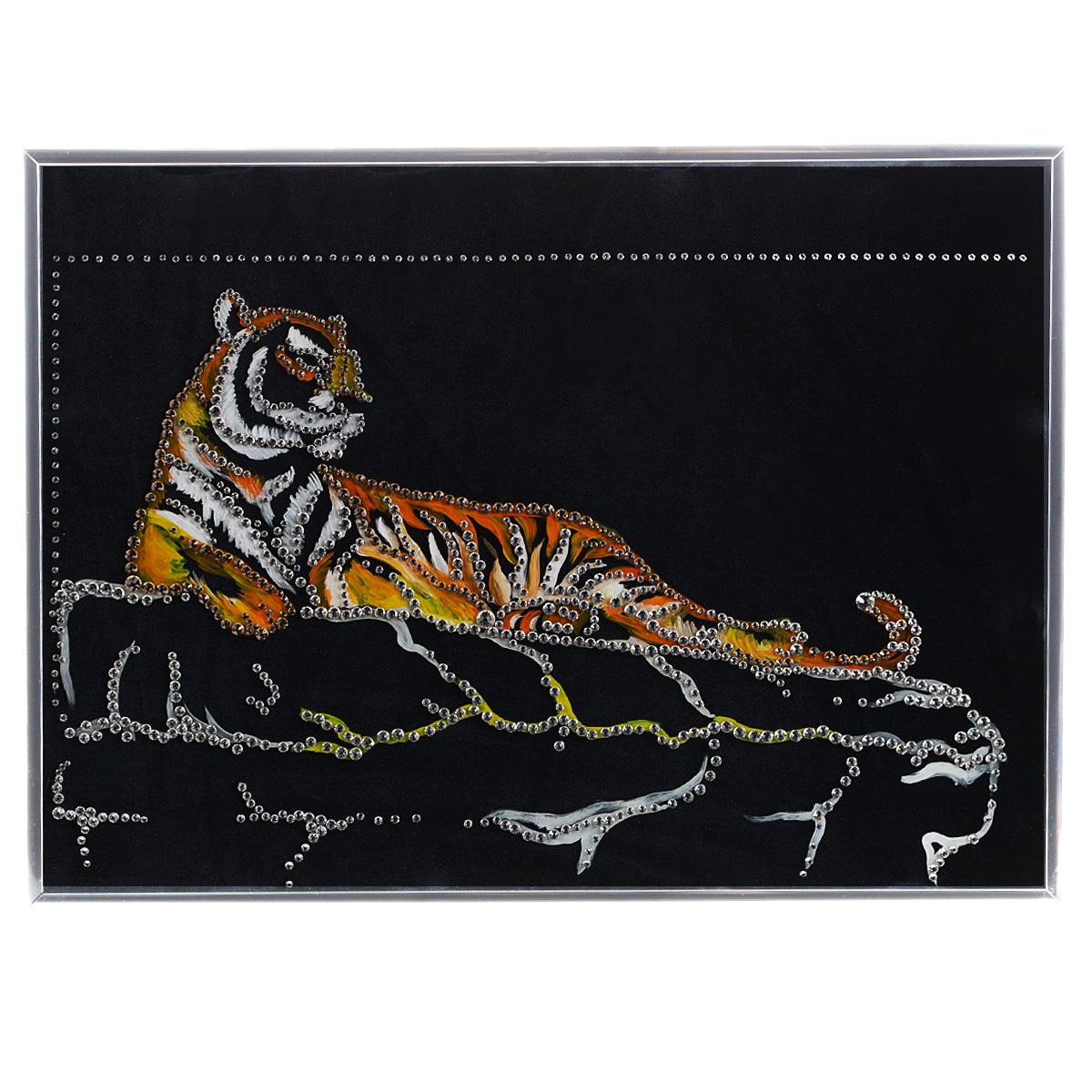 Картина с кристаллами Swarovski Тигр Шерхан, 40 см х 30 см1295Изящная картина в металлической раме, инкрустирована кристаллами Swarovski, которые отличаются четкой и ровной огранкой, ярким блеском и чистотой цвета. Красочное изображение тигра, расположенное на внутренней стороне стекла, прекрасно дополняет блеск кристаллов. Под стеклом картина оформлены бархатистой тканью черного цвета. С обратной стороны имеется металлическая петелька для размещения картины на стене. Картина с кристаллами Swarovski Тигр Шерхан элегантно украсит интерьер дома или офиса, а также станет прекрасным подарком, который обязательно понравится получателю. Блеск кристаллов в интерьере, что может быть сказочнее и удивительнее. Картина упакована в подарочную картонную коробку синего цвета и комплектуется сертификатом соответствия Swarovski.