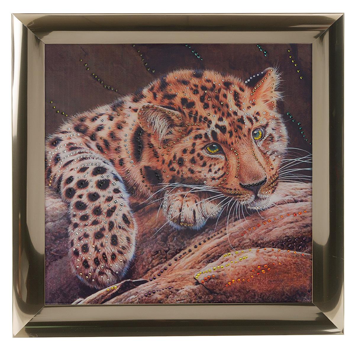 Картина с кристаллами Swarovski Леопард, 47 см х 47 см1332Изящная картина в металлической раме, инкрустирована кристаллами Swarovski, которые отличаются четкой и ровной огранкой, ярким блеском и чистотой цвета. Красочное изображение леопарда, расположенное под стеклом, прекрасно дополняет блеск кристаллов. С обратной стороны имеется металлическая петелька для размещения картины на стене. Картина с кристаллами Swarovski Леопард элегантно украсит интерьер дома или офиса, а также станет прекрасным подарком, который обязательно понравится получателю. Блеск кристаллов в интерьере, что может быть сказочнее и удивительнее. Картина упакована в подарочную картонную коробку синего цвета и комплектуется сертификатом соответствия Swarovski.