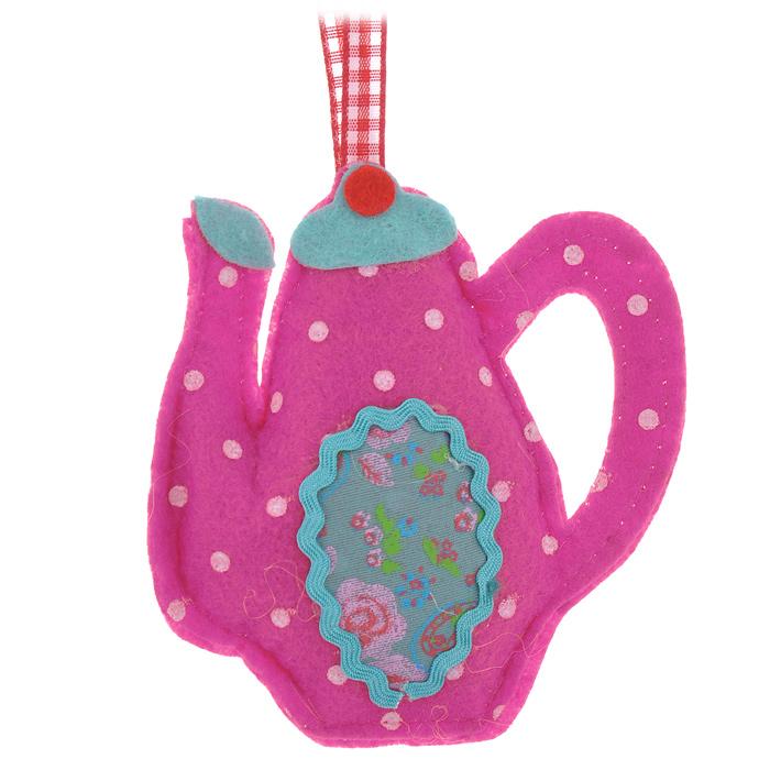 Новогоднее подвесное украшение Чайник, цвет: розовый. 2536925369Оригинальное новогоднее украшение выполнено из текстиля в виде чайника. С помощью специальной ленты украшение можно повесить в любом понравившемся вам месте. Но, конечно же, удачнее всего такая игрушка будет смотреться на праздничной елке. Новогодние украшения приносят в дом волшебство и ощущение праздника. Создайте в своем доме атмосферу веселья и радости, украшая всей семьей новогоднюю елку нарядными игрушками, которые будут из года в год накапливать теплоту воспоминаний. Коллекция декоративных украшений из серии Magic Time принесет в ваш дом ни с чем несравнимое ощущение волшебства!