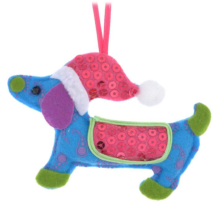 Новогоднее подвесное украшение Собачка. 2533425334Оригинальное подвесное украшение «Собачка» прекрасно подойдет для праздничного декора дома и новогодней ели. Украшение выполнено из полиэстера и оформлено пайетками. С помощью атласной ленточки его можно повесить в любом понравившемся вам месте. Но, конечно, удачнее всего такая игрушка будет смотреться на праздничной елке. Елочная игрушка - символ Нового года. Она несет в себе волшебство и красоту праздника. Создайте в своем доме атмосферу веселья и радости, украшая новогоднюю елку нарядными игрушками, которые будут из года в год накапливать теплоту воспоминаний. Коллекция декоративных украшений из серии Magic Time принесет в ваш дом ни с чем несравнимое ощущение волшебства!
