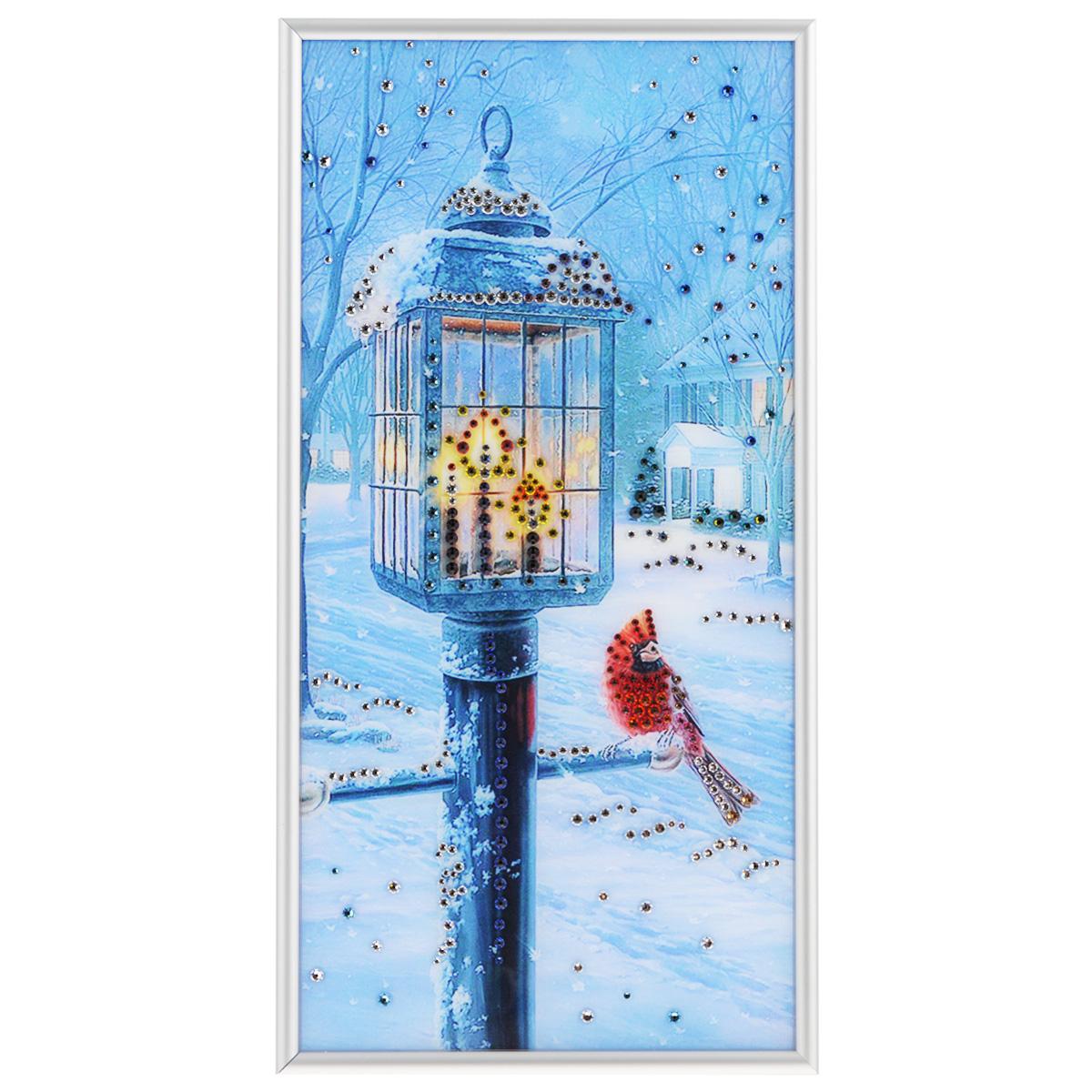 Картина с кристаллами Swarovski Рождественский вечер, 20 см х 40 см1261Изящная картина в металлической раме, инкрустирована кристаллами Swarovski, которые отличаются четкой и ровной огранкой, ярким блеском и чистотой цвета. Красочное изображение уличного фонаря и птички, расположенное под стеклом, прекрасно дополняет блеск кристаллов. С обратной стороны имеется металлическая петелька для размещения картины на стене. Картина с кристаллами Swarovski Рождественский вечер элегантно украсит интерьер дома или офиса, а также станет прекрасным подарком, который обязательно понравится получателю. Блеск кристаллов в интерьере, что может быть сказочнее и удивительнее. Картина упакована в подарочную картонную коробку синего цвета и комплектуется сертификатом соответствия Swarovski.