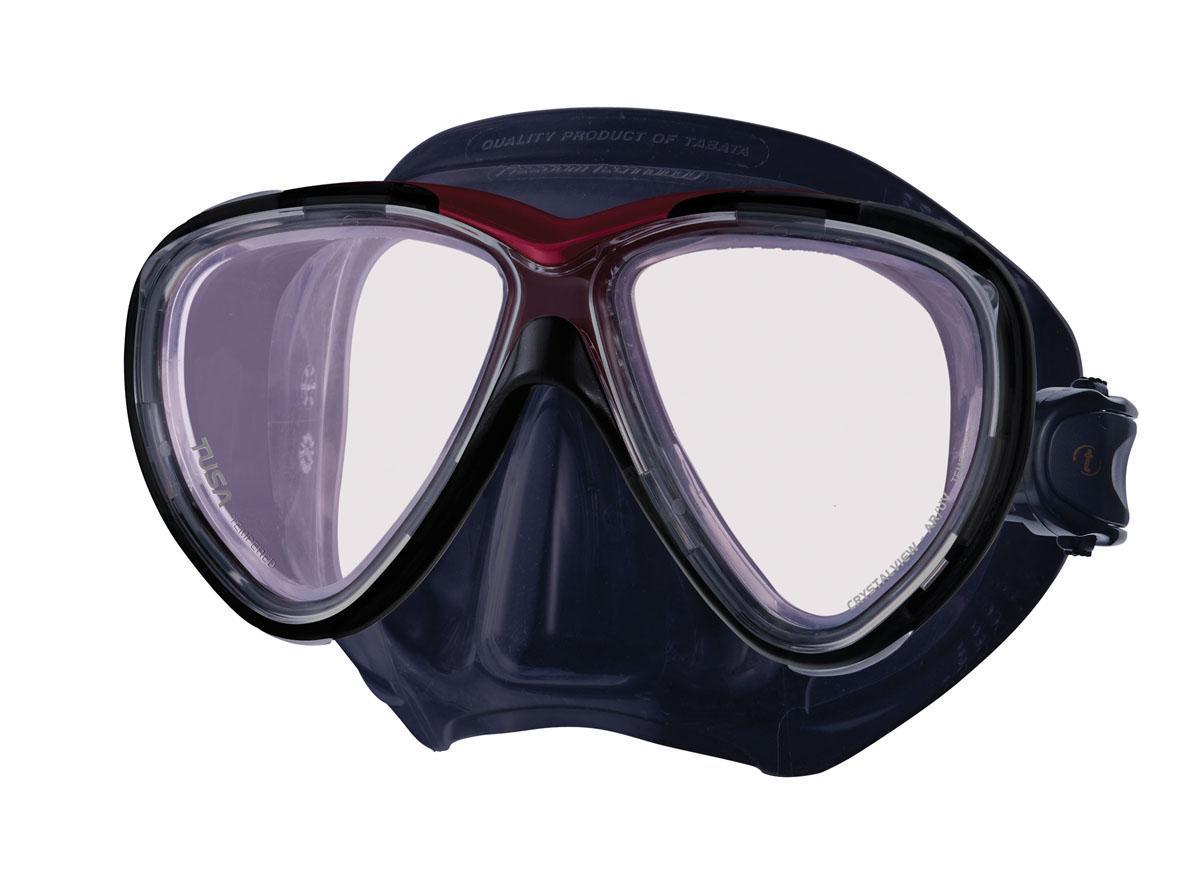 Маска для плавания Tusa Freedom One Pro, цвет: черный, красныйTS M-211SQB BK/MDRНовинка 2013 года. От обычной маски Freedom One серия Pro отличается линзами CrystalView AR/UV с антибликовым и УФ-защитным покрытием. Линзы с антибликовым покрытием значительно уменьшают количество отраженного света, в результате картинка становится более яркой, красочной и контрастной. Особая UV обработка этих линз обеспечивает 100% защиту от ультрафиолета UVA и UVB, блокируя спектр излучения до 400 нм. В маске применен ряд новых революционных технологий, обеспечивающих комфорт и прилегание маски к лицу. Ячеистая структура обтюратора переменной величины и диаметра в районе скул и по краям лба делают его более мягким и эластичным, что обеспечивает лучшее прилегании и уменьшает вероятность протекания. Переменная толщина силикона обтюратора в районе рта и нижней части носа делают процесс использования трубки максимально комфортным. Обтюратор по линии соприкосновения с кожей имеет поверхность пониженного трения и большую площадь соприкосновения с кожей. В...
