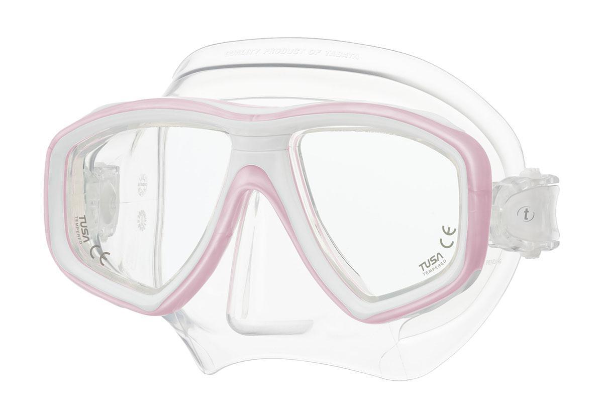 Маска для плавания Tusa Freedom Ceos, цвет: белый, розовыйTS M-212 PPWНовинка 2013 года. Низкопрофильная 2-линзовая маска с маленьким подмасочным пространством. В маске применен ряд новых революционных технологий, обеспечивающих комфорт и прилегание маски к лицу. Ячеистая структура обтюратора переменной величины и диаметра в районе скул и по краям лба делают его более мягким и эластичным, что обеспечивает лучшее прилегание и уменьшает вероятность протекания. Переменная толщина силикона обтюратора в районе рта и нижней части носа делают процесс использования трубки максимально комфортным. Обтюратор по линии соприкосновения с кожей имеет поверхность пониженного трения и большую площадь соприкосновения с кожей. В данной маске применена недавно разработанная низкопрофильная пряжка, которая крепится прямо к силиконовому обтюратору. В результате получается компактная, легкая и технологически более совершенная модель маски, которую можно просто и быстро настроить под себя, добившись оптимального прилегания.