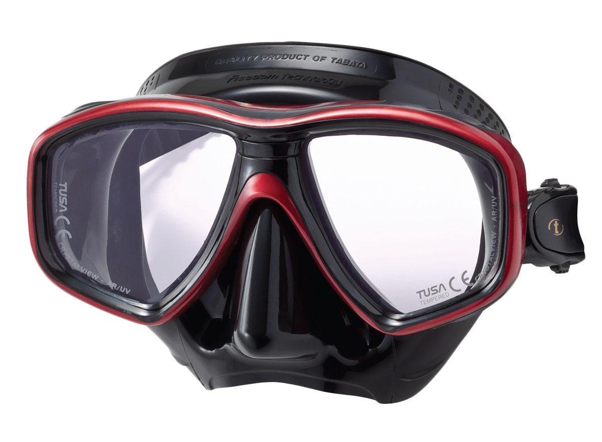 Маска для плавания Tusa Freedom Ceos Pro, цвет: черный, красныйTS M-212SQB MDRНовинка 2013 года. Низкопрофильная 2-линзовая маска с маленьким подмасочным пространством. От обычной маски Freedom One серия Pro отличается линзами CrystalView AR/UV с антибликовым и УФ-защитным покрытием. Линзы с антибликовым покрытием значительно уменьшают количество отраженного света, в результате картинка становится более яркой, красочной и контрастной. Особая UV обработка этих линз обеспечивает 100% защиту от ультрафиолета UVA и UVB, блокируя спектр излучения до 400 нм. В маске применен ряд новых революционных технологий, обеспечивающих комфорт и прилегание маски к лицу. Ячеистая структура обтюратора переменной величины и диаметра в районе скул и по краям лба делают его более мягким и эластичным, что обеспечивает лучшее прилегание и уменьшает вероятность протекания. Переменная толщина силикона обтюратора в районе рта и нижней части носа делают процес использования трубки максимально комфортным. Обтюратор по линии соприкосновения с кожей имеет...