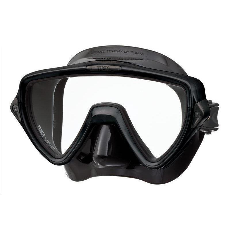 Маска для плавания Tusa Visio Uno, цвет: черныйTS M-110QB BKМаска M-110 имеет однолинзовый дизайн, обеспечивающий прекрасный обзор, маленький подмасочный объем и повышенный комфорт. Обтюратор маски имеет скругленные края со специальной посадкой по линиям для наилучшего прилегания к лицу. В маске Visio Uno применен 3D-ремешок новой конструкции, который точно повторяет затылочный изгиб и обеспечивает великолепное прилегание. В данной маске применена недавно разработанная низкопрофильная пряжка, которая крепится прямо к силиконовому обтюратору. В результате получается компактная, легкая и технологически более совершенная модель маски, которую можно просто и быстро настроить под себя, добившись оптимального прилегания.