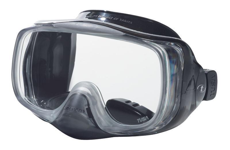 Маска для плавания Tusa Imprex 3D Hyperdry, цвет: черныйTS M-32QB BKМаска с системой Hyperdry (односторонний дренажный клапан) для легкого очищения маски от воды. Все, что необходимо сделать для удаления воды из-под маски - это выдох носом. Как только маска очистилась, клапан закрывается. Рамка маски имеет облегченную конструкцию и низкопрофильный дизайн. Маска обеспечивает исключительный обзор благодаря широкой фронтальной и двум боковым линзам.