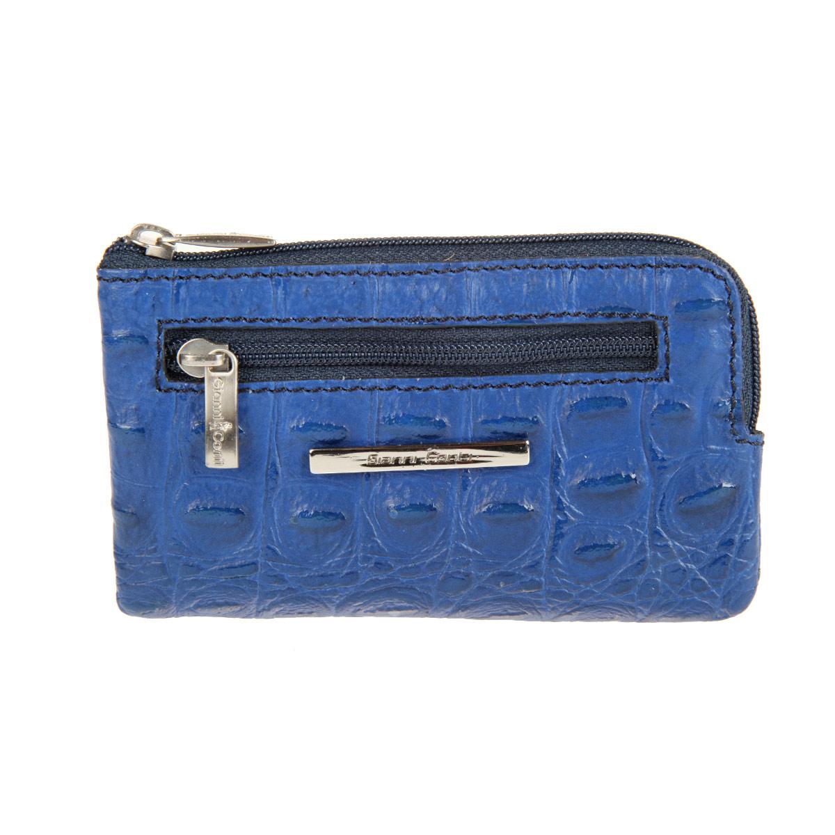 Ключница Gianni Conti, цвет: синий. 19390731939073 blue/indigoЭлегантная ключница Gianni Conti изготовлена из натуральной кожи с тиснением и имеет одно отделение на пластиковой молнии. Внутри - две цепочки с металлическими кольцами для ключей. На передней стенке расположены металлическая пластинка с надписью в виде названия логотипа и прорезной кармашек на пластиковой молнии. Ключница упакована в коробку из плотного картона с логотипом фирмы. Этот аксессуар станет замечательным подарком человеку, ценящему качественные и практичные вещи.